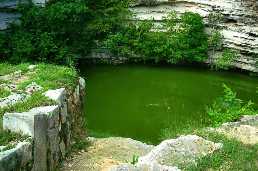 cenote sagrado de origen kárstico en México