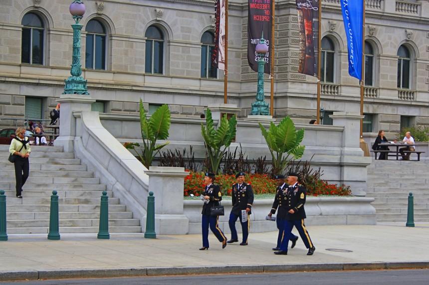 solados estadounidenses caminando por Washington DC