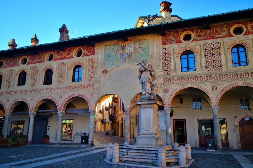 estatua de San Juan Nepomuceno en la Plaza Ducal de Vigevano