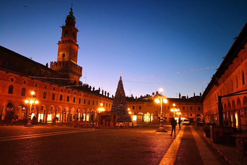 Plaza ducal de Vigevano de noche