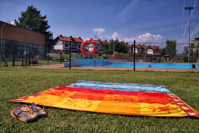 piscina y zona deportiva de un intercambio de casas