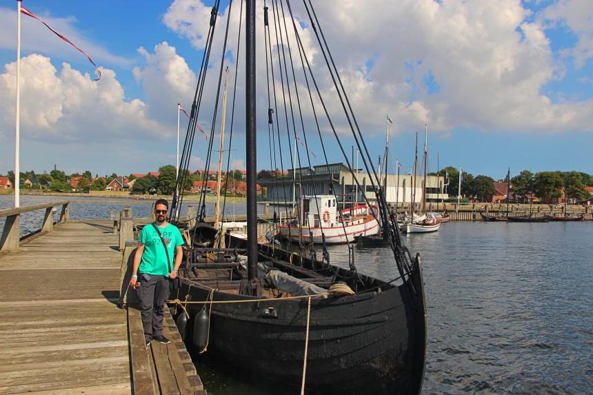 puerto con drakkars vikingos