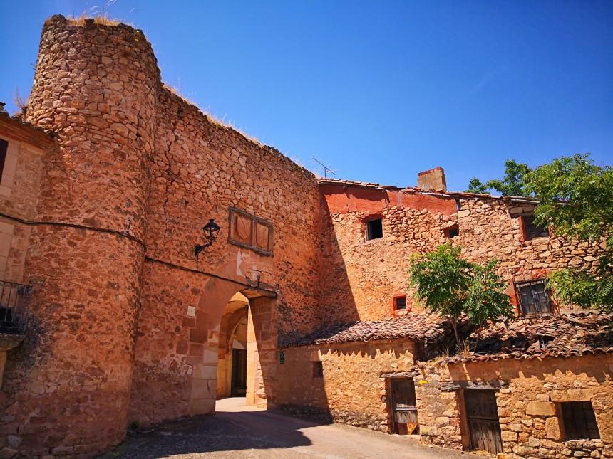 Puerta de la Villa con el escudo de los Mendoza