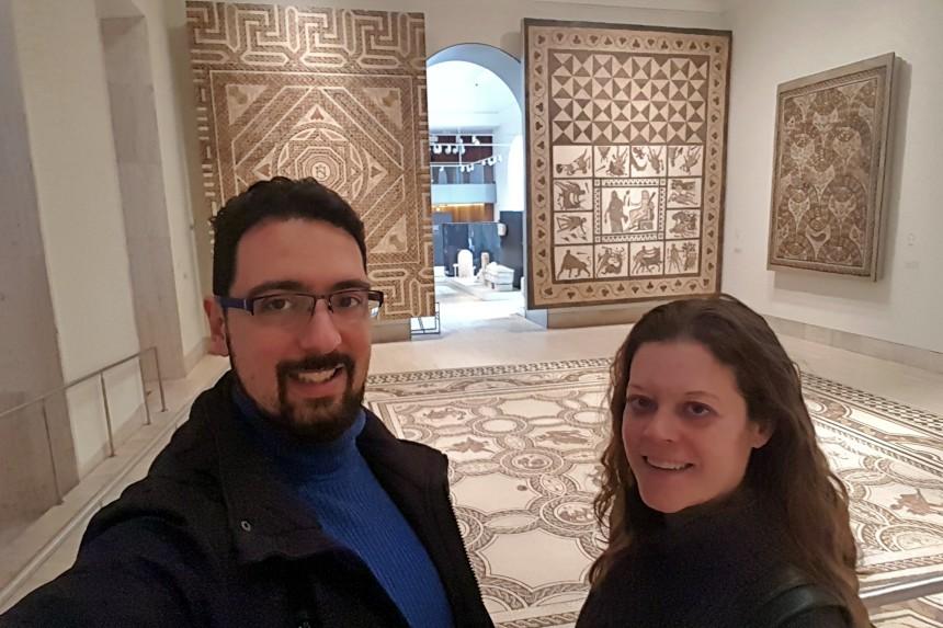 mapa y mochila visitando los museos gratuitos de Madrid