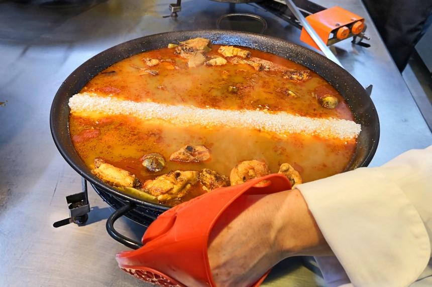 cuanto arroz echar en la paella