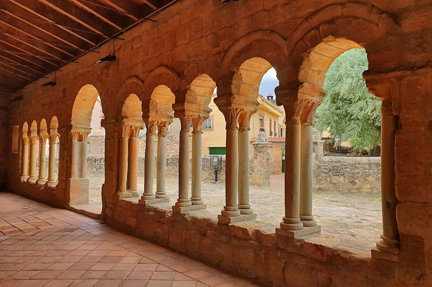 atrio de la iglesia de Nuestra Señora de la Asunción de Saúca