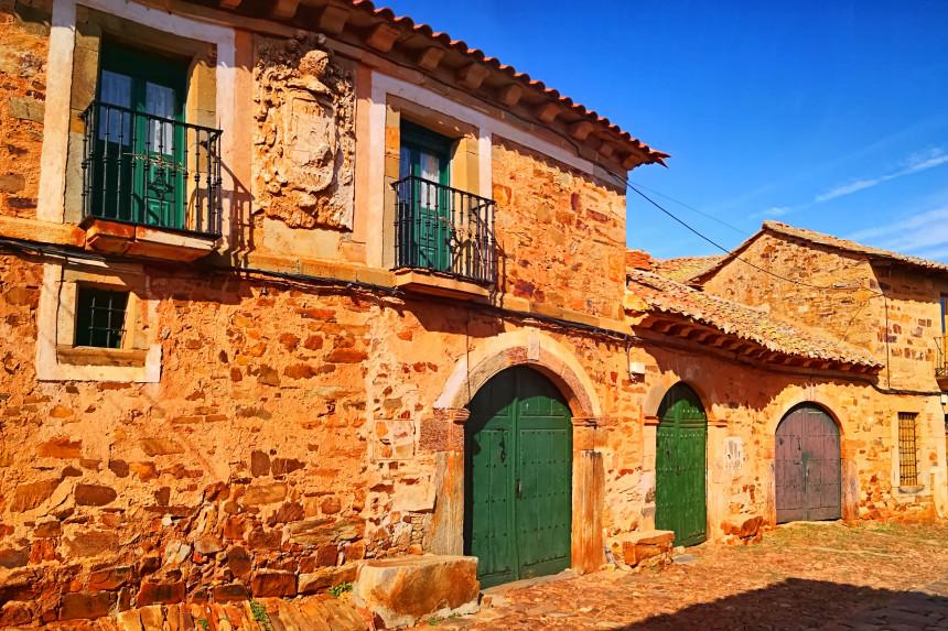 Escudos en las casas de Castrillo de los Polvazares