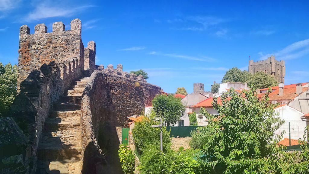 Panorámica de las murallas de la ciudadela con el Castillo de Braganza al fondo