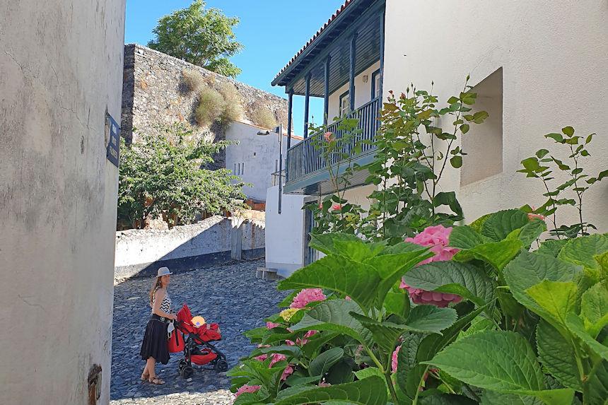 acceso de vehículos a la ciudadela amurallada de Braganza