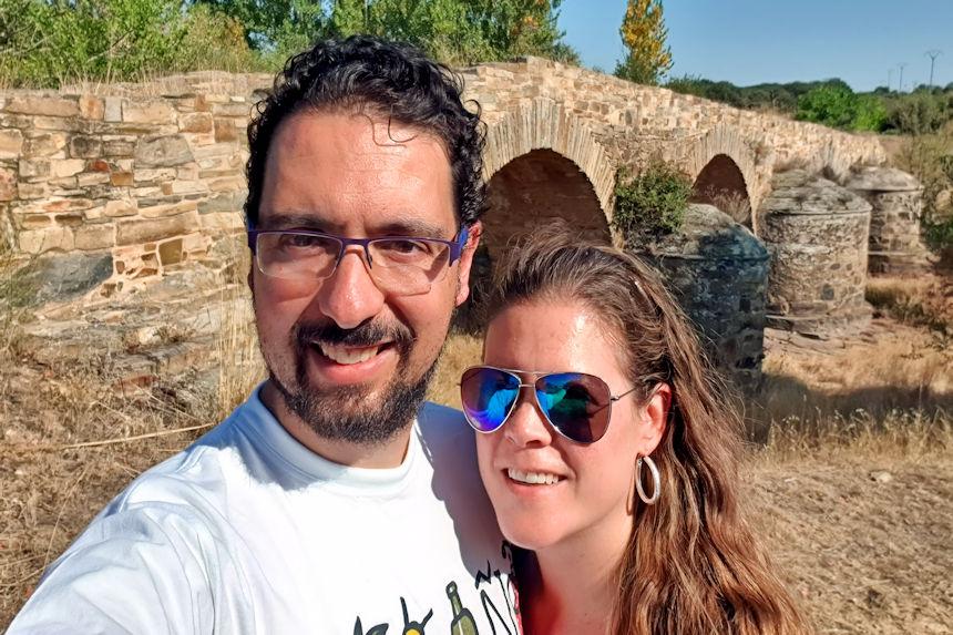 mapa y mochila haciendo la ruta romana de Astorga