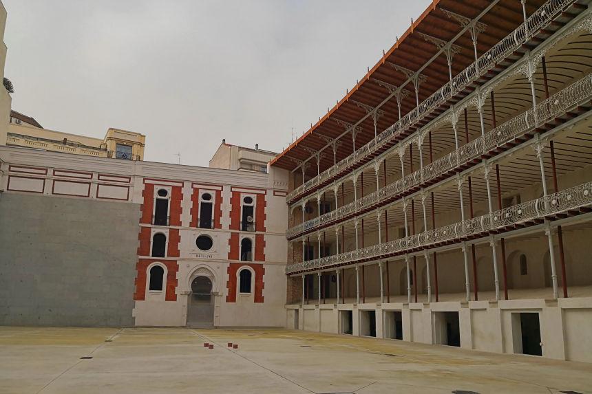 cancha y fachada interior del frontón Beti Jai