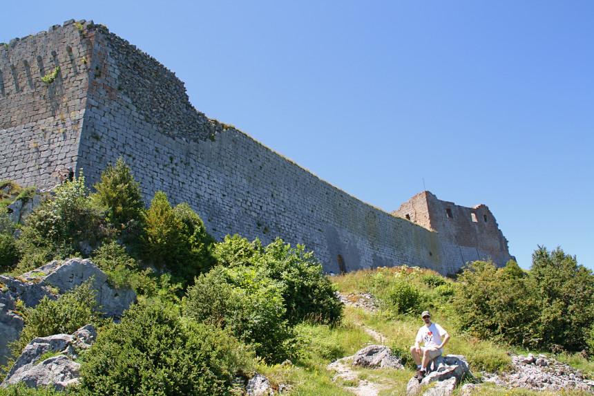 mapa y mochila en el Castillo de Montségur