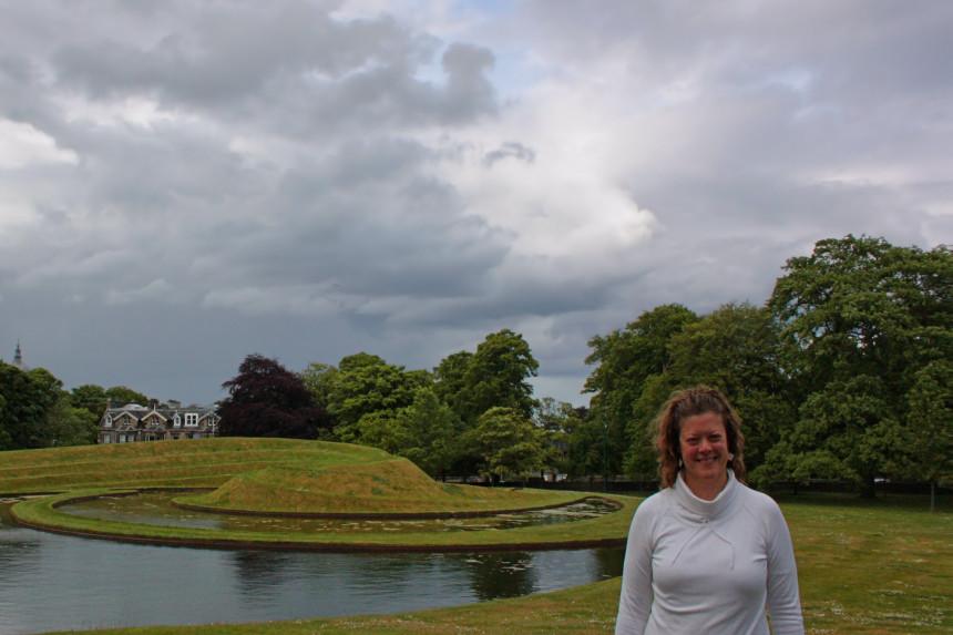 Landform delante de la Galería Nacional Escocesa de Arte Moderno
