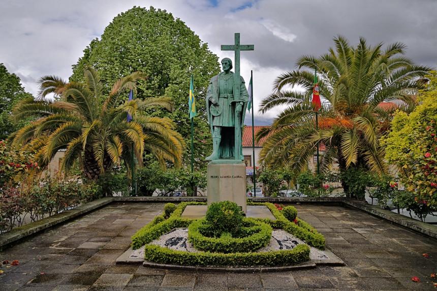 Estatua de pedro Alvaeres Cabral en Belmonte